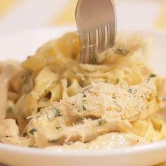 Frango Alfredo é uma ótima opção para um almoço ou jantar rápido, prático e saboroso. #frango #frangoalfredo #macarrão…