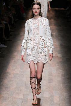 Le défilé Valentino printemps-été 2015, robe blanche en dentelle et spartiates