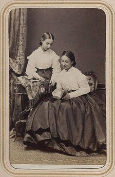 Princesses Christine (1852-1979) et Amélie (1851-1870) d'Orléans, filles du prince Antoine d'Orléans, duc de Montpensier et de l'infante Louise-Fernande de Bourbon (1832-1897)