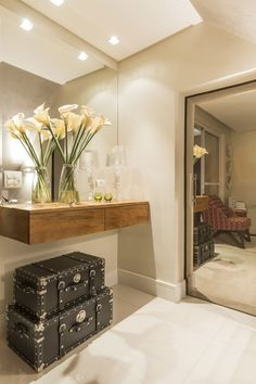 A modern entryway décor is a perfect opportunity to surprise your guests. You can create a sleek design with statement pieces or you prefer a more intimate and Entrance Decor, Entryway Decor, Entryway Furniture, Furniture Design, Halls Pequenos, Murs Violets, Modern Entryway, Contemporary Interior Design, Design Interior