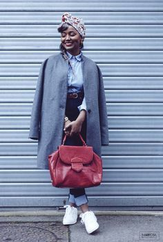 casual look with a red bag by Mac Douglas (Brasilia tony) and a headwrap (turban) in wax ( African prints). I completed my outfit with white sneakers, a grey oversize coat , a high waist raw skinny jeans and a striped shirt
