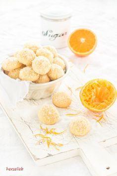 Dieses Rezept für Orangen-Kugeln ist herrlich wandelbar. Kekse, die man leicht abgewandelt das ganze Jahr backen kann. Viele Tipps!