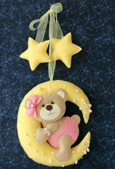 List of attractive urso feltro porta maternidade ideas and photos Baby Crafts, Felt Crafts, Diy And Crafts, Felt Mobile, Baby Mobile, Felt Patterns, Stuffed Toys Patterns, Felt Baby, Felt Fabric