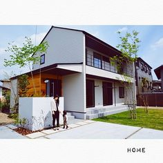 女性で、4LDKの塩系インテリアの会/新築/白黒/三角屋根の家/三角屋根/アオダモ…などについてのインテリア実例を紹介。「外観♡ 外壁あえてのラップを選択しました♡ 担当者の方が提案してくれた三角屋根 凄い好きです。」(この写真は 2016-04-13 21:29:10 に共有されました) Modern Exterior, Exterior Design, Japan Modern House, Architecture 101, Interesting Buildings, House Blueprints, Japanese House, House Goals, Simple House
