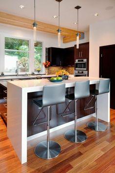 chaises hautes de bar et petit bar blanc, cuisine compacte