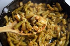 Easy Sauteed Green Bean Recipe with Garlic and Onions. This tasty sauteed green bean side dish will be come your families favorite. Just a few simple ingredients, 15 minutes and you have a delicious side dish for busy weeknight dinners. Sauteed Green Beans, Garlic Green Beans, Cooking Green Beans, Garlic Recipes, Sauce Recipes, Making Homemade Pizza, Green Bean Recipes, How To Make Pizza, Canning Recipes
