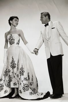 Boda Audrey Hepburn, Audrey Hepburn Givenchy, Audrey Hepburn Wedding Dress, Audrey Hepburn Clothes, John Galliano, Hubert Givenchy, Meghan Markle Wedding Dress, Alexander Mcqueen, Fashion History