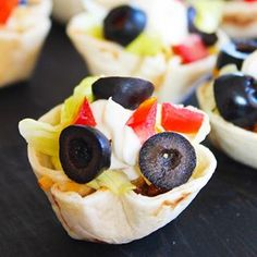 These mini taco cups are an easy weeknight meal idea! ~~looks yummy! Easy Lunches For Kids, Kids Meals, Toddler Meals, Yummy Appetizers, Appetizer Recipes, Mini Taco Cups, Non Sandwich Lunches, Tapas, Mini Tacos