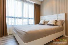ห้องนอน ที่มีการตกแต่งผนังด้วย วอลเปเปอร์ ลายทางตรงสีน้ำตาลเข้มและอ่อนสลับกัน  และบวกกับตกแต่งบานหน้าต่างด้วยการติด ม่านจีบ สีน้ำตาลเข้ม  ด้านหลังซ้อนด้วยผ้าโปร่งบางๆสีขาว