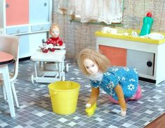 Miniature Mom and Toddler in the dollhouse kitchen | Source: Puppenhaus Museum
