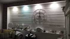Wohnzimmer mit Schlabrettern gepimpte Wand