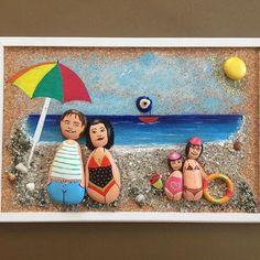 """Di&Ce Art Sevimli Aile 6 30x45 cm Yıldız ailesinin, tatil konseptli """"Sevimli Aile"""" figürleri tamamlandı. İyi tatiller #aile #family #handmade #elemeği #stoneart #taşboyamasanatı #decorative #hediye #sevimli #karikatür #denizkabuğu #yüzmek #sevgi #doğaltaş #kids #nazarboncuğu #sand"""
