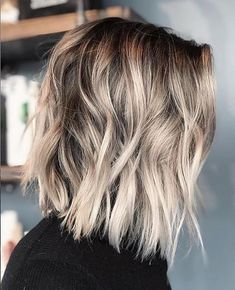 There's an attractive touch of metallic-blonde adding gentle glamor to this tousled mid-length bob. The slight dip from back to the front layers keeps the look chunky. And lightly textured tips break-up the bottom line. Medium Textured Hair, Medium Hair Cuts, Medium Hair Styles, Short Hair Styles, Textured Lob, Choppy Bob Hairstyles, Bob Hairstyles For Fine Hair, Haircut For Thick Hair, Edgy Medium Haircuts