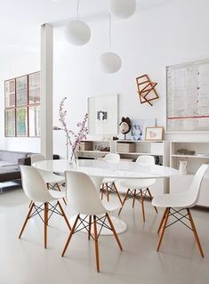 Maybe no rug? Clean modern dining room with Eero Saarinen table and Charles and Ray Eames molded chairs in the apartment in the center of old Madrid, designed by Mesa Saarinen, Saarinen Table, Dining Room Inspiration, Interior Inspiration, Inspiration Design, Side Chairs, Dining Chairs, Eames Chairs, Dining Rooms
