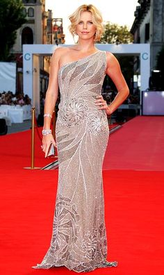 Charlize Theron in Atelier Versace at the 2008 Venice Film Festival Charlize Theron, Celebrity Red Carpet, Celebrity Style, Traje A Rigor, Venice Film Festival, Versace Brand, Elegant Girl, Girl Celebrities, Atelier Versace