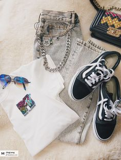One of my to go look. White Tee with Jean, a sneaker and a simple sunglasses.日常穿着最多的是白T恤+高腰仔裤,脚蹬球鞋随搭一副墨镜一只包。 #marcjacobs #victoriabeckham #vans #vanssneaker #everydaylook #togolook #cadual look #aviator #jean #style #styleinspiration #todayimwear #stylefashion #asian #fashionstyle #chanel #chanelbag #vanssneaker #modesensmoment from @JingLeng's closet