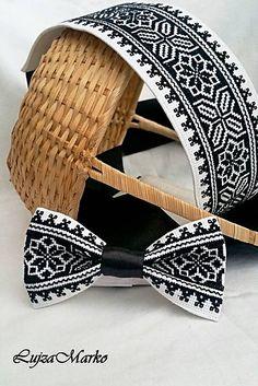Motýlik je ručne vyšívaný. Základom je biely podklad na ktorom je vyšívaný ľudový motív v čiernej farbe. Zapínanie okolo krku je nastaviteľné - na suchý zips. Motýlik môže tvoriť sadu s opaskom z m... Folk Embroidery, Embroidery Needles, Cross Stitch Embroidery, Cross Stitch Patterns, Loom Beading, Beading Patterns, African Accessories, Palestinian Embroidery, Embroidered Clothes