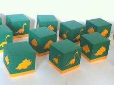 Caixa dinossauro feito toda com papel 180g. <br> <br>Ideal para colocar guloseimas ou o que desejar na caixinha. <br> <br>Várias cores, estampas. Podemos personalizar com o tema da sua festa ou colocar tags com nomes. <br> <br>Tamanho aproximado: 5x5x5 cm. Outros tamanhos. <br> <br>Consulte-nos. <br> <br>Se preferir, podemos enviar as caixas desmontadas para frete mais barato.