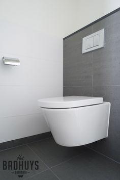 Modern toilet, stucwerk met grijze tegels   Het Badhuys Breda