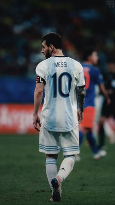Lionel Messi of Barcelona warms up prior to the UEFA Champions League round of 16 first leg match between Arsenal and Barcelona on February 2016 in London, United Kingdom.