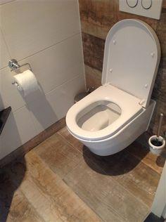 Toilet met sloophout tegels