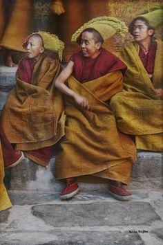 Yellow hat monks in Tibet Buddhist Monk, Tibetan Buddhism, Buddhist Temple, Nepal, Dalai Lama, Monte Everest, Samurai, Religion, Tibet