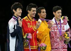 9일 오전(한국시간) 런던 엑셀 아레나에서 열린 2012런던올림픽 태권도 -58kg급 경기에서 은메달을 획득한 이대훈이 메달리스트들과 함께 웃고 있다.