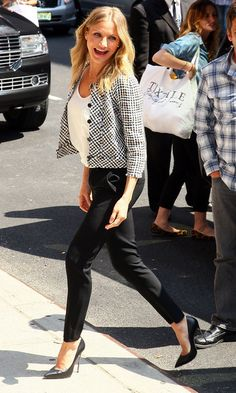 Ever laughing happy beauty Cameron Diaz in chic outfit with slim ankle-length pants. Work Fashion, Curvy Fashion, Fashion Outfits, Womens Fashion, Fashion 2014, Fall Fashion, Fashion Brands, High Fashion, Cameron Diaz Style
