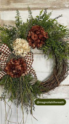 Autumn Wreaths For Front Door, Diy Fall Wreath, Wreath Crafts, Summer Wreath, Christmas Wreaths, Wreath Ideas, Deco Mesh Wreaths, Rustic Wreaths, Country Wreaths