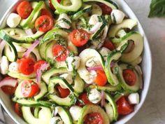 Salát z cukety - | Prostřeno.cz Caprese Salad, Mozzarella, Cucumber, Treats, Vegetables, Food, Sweet Like Candy, Goodies, Essen