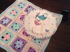 crochet y plato pintado a mano