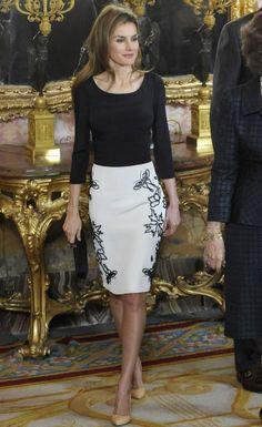 Letizia, in Felipe Varela. Elegant Dresses, Nice Dresses, Casual Dresses, Fashion Dresses, Womens Fashion For Work, Work Fashion, Traje Casual, Estilo Real, Laetitia