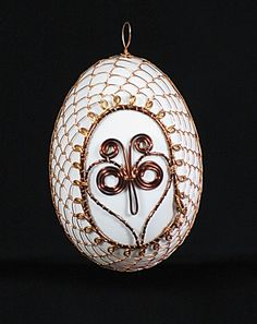 Drátované kraslice Wire Crochet, Egg Art, Egg Decorating, Metal Art, Wire Wrapping, Easter Eggs, Christmas Bulbs, Wraps, Holiday Decor