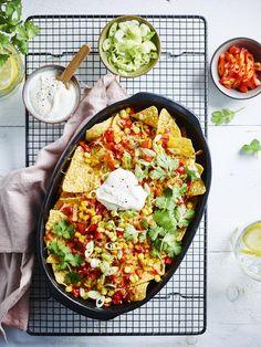 Een overheerlijke nachos met kaas en tomatensalsa, die maak je met dit recept. Smakelijk!