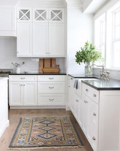 Black countertops + white cabinets is a match made in heaven.#midwayhouse #SMmakelifebeautiful