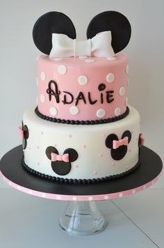 Minnie Birthday Cake and Cake Pops - Minnie Cake @Allison Champion | https://lomejordelaweb.es/