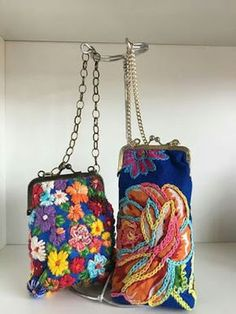 Rosenda Barrera's media content and analytics Embroidery Bags, Embroidery Stitches, Embroidery Fashion, Bag Quilt, Broderie Simple, Frame Purse, Handmade Purses, Quilted Bag, Little Bag