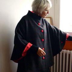Cape en lainage noir à carreaux rouge et gris