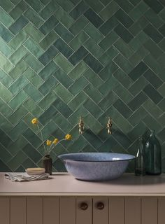 Discover green tile trends in 2020 & how they offer a calming, modern vibe to your home. Shop green marble, ceramic & porcelain tiles at Mandarin Stone. Herringbone Tile Pattern, Chevron Tile, Green Subway Tile, Green Tiles, Green Bathroom Tiles, Metro Tiles Kitchen, Green Tile Backsplash, Kitchen Tile, Subway Tiles