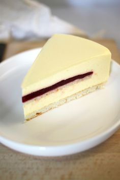 Chloé Délice: Entremets mangue passion insert framboise Dessert Original, Raspberry Desserts, Dacquoise, Dessert Decoration, Let Them Eat Cake, Sweet Recipes, Yummy Treats, Mousse, Sweet Tooth