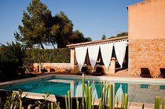Einladender Poolbereich der Yoga Finca Son Verd auf Mallorca. Reisedetails: http://www.neuewege.com/Yoga-Reisen/Spanien/Mallorca/Finca-Son-Verd-Mallorca-Yoga-Auszeit-auf-der-Insel-_ESG03
