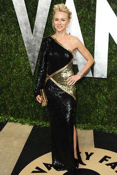 Precioso el escote asimétrico del Emilio Pucci de lentejuelas de Naomi Watts.