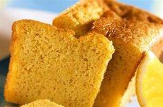 Beurrez le moule et saupoudrez de chapelure. Battez le beurre avec le sucre, puis i...