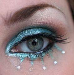 Blue eye makeup with points like a sun