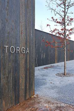 Centro Cultural Miguel Torga en Portugal | Souto de Moura | Fachada se ha revestido con pizarra procedente de la localidad de Vila Nova de Foz Côa.