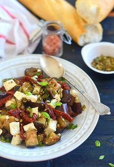 Sałatka śródziemnomorska z bakłażanów, suszonych pomidorów i fety
