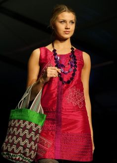 From 07 to 09 May 2013 was held `Circulo de la Moda de Bogota`, in Bogota, Colombia. The first photo presents a model created by Colombian Wayuu (ethnic group) designer Marta Arredondo. Tapestry Crochet, Summer Bags, Western Wear, First Photo, Daily Fashion, My Style, Daily Style, Sari, Tote Bag