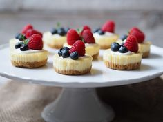 Tento jednoduchý a velmi efektní dezert můžete připravit den dopředu a pak už stačí ho jen naservírovat. I když třeba nejste úplně v pečení zdatní, díky krátkému videu, které jsme pro vás k tomuto receptu…