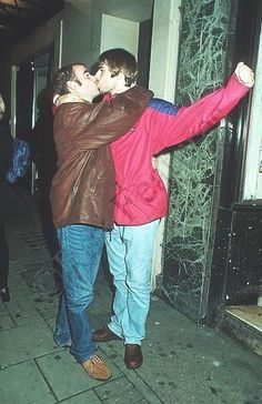 """Liam seems to be up there in the ranks of Tommy Lee as a serial man kisser. Here's a photo of Liam kissing former Oasis guitarist Paul """"Bonehead"""" Arthurs. Liam Gallagher Oasis, Noel Gallagher, Oasis Live Forever, Oasis Music, Liam And Noel, Oasis Band, Beady Eye, Damon Albarn, British Rock"""