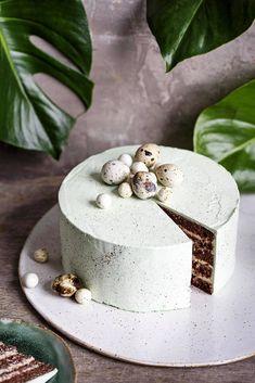 Tyylikäs kakku kruunaa pääsiäisaterian, näillä selkeillä ohjeilla onnistut varmasti – kokeile passiohedelmä-suklaakakkua tai savulampaalla täytettyä voileipäkakkua - Ruoka - Helsingin Sanomat